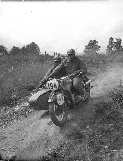 Image of rider and sidecar heading downhill at 1939 IDST