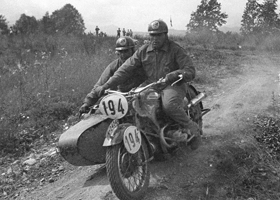 Image of rider and side car on dirt track at 1938 IDST