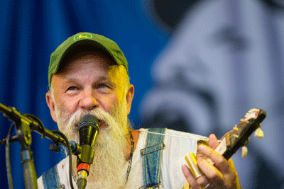 Image of Seasick Steve playing at Carfest