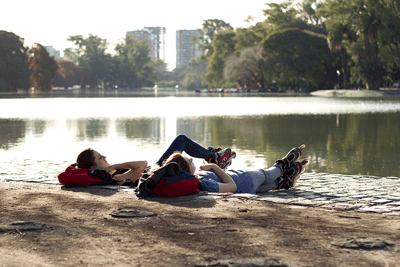 Image of two people relaxing by Lago de Regatas in Palermo